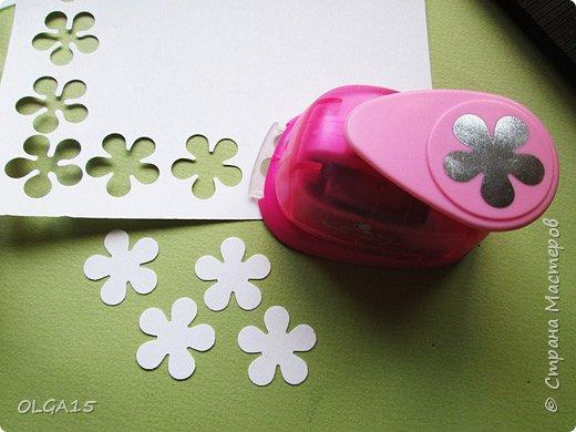 Добрый вечер, дорогие мастера и мастерицы! Хочу поделиться с вами этапами изготовлением мелких  бумажных цветов.  Мы сделаем три вида цветов: маленькие тюльпаны, белые цветы и простые мелкие цветочки. На этом фото - белые цветы и тюльпаны.  фото 21