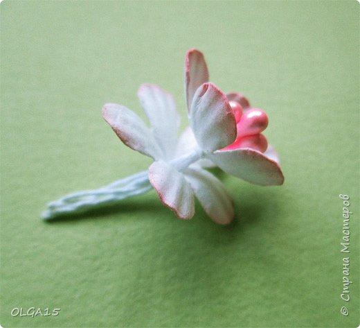 Добрый вечер, дорогие мастера и мастерицы! Хочу поделиться с вами этапами изготовлением мелких  бумажных цветов.  Мы сделаем три вида цветов: маленькие тюльпаны, белые цветы и простые мелкие цветочки. На этом фото - белые цветы и тюльпаны.  фото 30