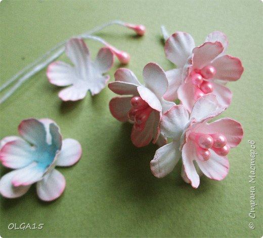 Добрый вечер, дорогие мастера и мастерицы! Хочу поделиться с вами этапами изготовлением мелких  бумажных цветов.  Мы сделаем три вида цветов: маленькие тюльпаны, белые цветы и простые мелкие цветочки. На этом фото - белые цветы и тюльпаны.  фото 33