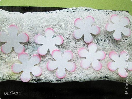 Добрый вечер, дорогие мастера и мастерицы! Хочу поделиться с вами этапами изготовлением мелких  бумажных цветов.  Мы сделаем три вида цветов: маленькие тюльпаны, белые цветы и простые мелкие цветочки. На этом фото - белые цветы и тюльпаны.  фото 23