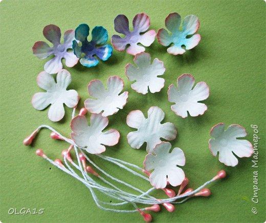 Добрый вечер, дорогие мастера и мастерицы! Хочу поделиться с вами этапами изготовлением мелких  бумажных цветов.  Мы сделаем три вида цветов: маленькие тюльпаны, белые цветы и простые мелкие цветочки. На этом фото - белые цветы и тюльпаны.  фото 27