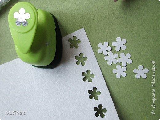 Добрый вечер, дорогие мастера и мастерицы! Хочу поделиться с вами этапами изготовлением мелких  бумажных цветов.  Мы сделаем три вида цветов: маленькие тюльпаны, белые цветы и простые мелкие цветочки. На этом фото - белые цветы и тюльпаны.  фото 35