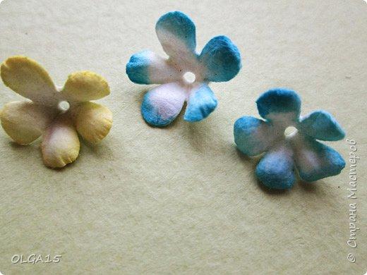 Добрый вечер, дорогие мастера и мастерицы! Хочу поделиться с вами этапами изготовлением мелких  бумажных цветов.  Мы сделаем три вида цветов: маленькие тюльпаны, белые цветы и простые мелкие цветочки. На этом фото - белые цветы и тюльпаны.  фото 45
