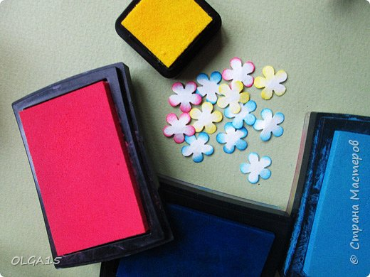 Добрый вечер, дорогие мастера и мастерицы! Хочу поделиться с вами этапами изготовлением мелких  бумажных цветов.  Мы сделаем три вида цветов: маленькие тюльпаны, белые цветы и простые мелкие цветочки. На этом фото - белые цветы и тюльпаны.  фото 36