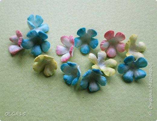 Добрый вечер, дорогие мастера и мастерицы! Хочу поделиться с вами этапами изготовлением мелких  бумажных цветов.  Мы сделаем три вида цветов: маленькие тюльпаны, белые цветы и простые мелкие цветочки. На этом фото - белые цветы и тюльпаны.  фото 42
