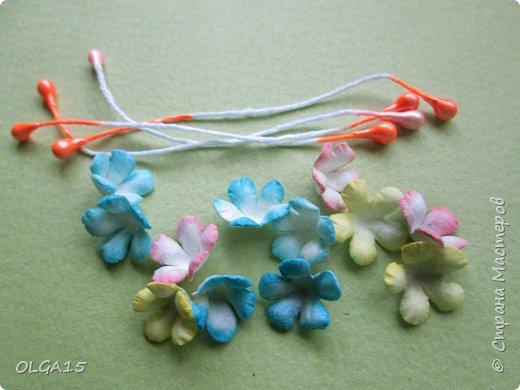 Добрый вечер, дорогие мастера и мастерицы! Хочу поделиться с вами этапами изготовлением мелких  бумажных цветов.  Мы сделаем три вида цветов: маленькие тюльпаны, белые цветы и простые мелкие цветочки. На этом фото - белые цветы и тюльпаны.  фото 43