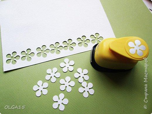Добрый вечер, дорогие мастера и мастерицы! Хочу поделиться с вами этапами изготовлением мелких  бумажных цветов.  Мы сделаем три вида цветов: маленькие тюльпаны, белые цветы и простые мелкие цветочки. На этом фото - белые цветы и тюльпаны.  фото 4