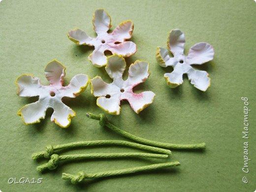 Добрый вечер, дорогие мастера и мастерицы! Хочу поделиться с вами этапами изготовлением мелких  бумажных цветов.  Мы сделаем три вида цветов: маленькие тюльпаны, белые цветы и простые мелкие цветочки. На этом фото - белые цветы и тюльпаны.  фото 12
