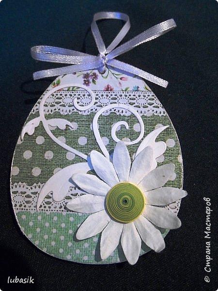 Уже почти все в СМ готовятся к великому празднику Пасхи, делая поделки. Я тоже каждый год стараюсь сделать пасхальные сувениры своими руками. Обожаю использовать в своих работах бросовый материал - картон, яичные лотки.  Эти декоративные яйца вырезала из двух слоёв тонкого гофрированного картона. Декор - скрапбумага, дырокольности, квиллингцветочки. Кстати эти цветочки в технике квиллинг и многие вырубки прислала мне чудесная мастерица СМ Мариночка - MarMik - настоящая скрапволшебница. с удовольствием использую её подарки в своих работах. фото 6