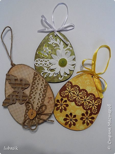 Уже почти все в СМ готовятся к великому празднику Пасхи, делая поделки. Я тоже каждый год стараюсь сделать пасхальные сувениры своими руками. Обожаю использовать в своих работах бросовый материал - картон, яичные лотки.  Эти декоративные яйца вырезала из двух слоёв тонкого гофрированного картона. Декор - скрапбумага, дырокольности, квиллингцветочки. Кстати эти цветочки в технике квиллинг и многие вырубки прислала мне чудесная мастерица СМ Мариночка - MarMik - настоящая скрапволшебница. с удовольствием использую её подарки в своих работах. фото 9