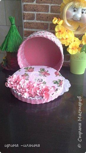Доброго времени суток мастера и мастерицы. Сплела на скорую руку подарок бабушке на юбилей. Она до безумия любит розовый цвет. фото 3