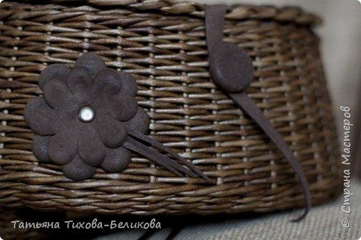 Решила я освоить саквояжики. Этот - цвет мареный дуб. Цветочки из кожи. Размеры 25*16см. Высота 13см. Трубочки из полос 7см. фото 6