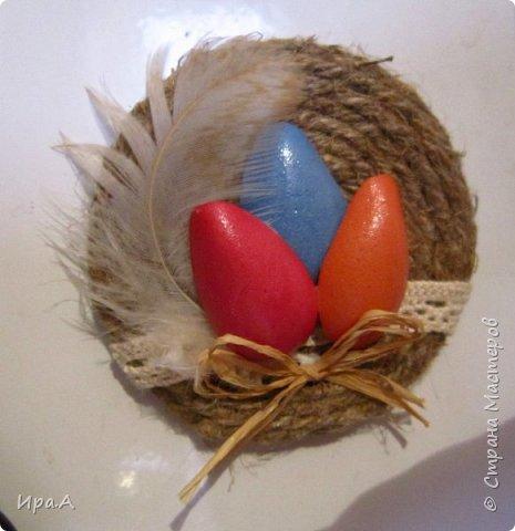 Думала,из чего сделать легкие половинки яиц для магнитов и открыток, и пришла идея сделать их из фома.  фото 1