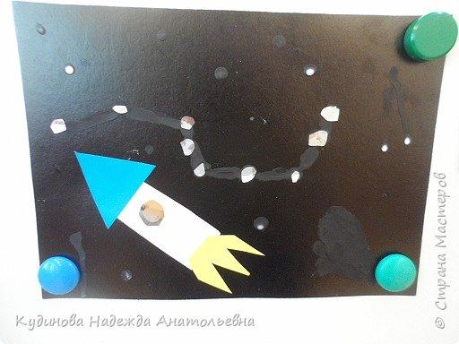 С всех жителей страны с юбилейным днем космонавтики!  Разве можно пропустить такое событие?  Нельзя, в нашей гимназии проводились тематические уроки-беседы, уроки -игры. вот и мы с ребятами провели беседу с творчеством вместе. После просмотра презентации о космосе, о первом космонавте Юрии Гагарине, мы приступили к аппликации, вот что получилось. Здесь не все работы, некоторые не успели доделать, очень долго думали над сюжетом. фото 4