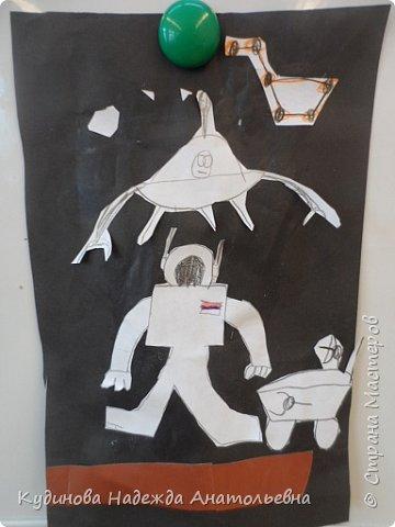 С всех жителей страны с юбилейным днем космонавтики!  Разве можно пропустить такое событие?  Нельзя, в нашей гимназии проводились тематические уроки-беседы, уроки -игры. вот и мы с ребятами провели беседу с творчеством вместе. После просмотра презентации о космосе, о первом космонавте Юрии Гагарине, мы приступили к аппликации, вот что получилось. Здесь не все работы, некоторые не успели доделать, очень долго думали над сюжетом. фото 9