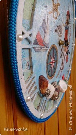 Здравствуйте дорогие мои!)) решила показать часы, которые делала по игре, организованной Ольгой Гаспарян http://stranamasterov.ru/node/993206  для Мариночки Илюхиной  http://stranamasterov.ru/user/335590 Часы на морскую тематику...У меня были в блоге такие часы, но было пожелание сделать с цифрами, чтоб точно знать время...Нашла я заготовочку, с арабскими циферками,  но показалась она мне тонковатой,  несерьезной...и вырезала тогда я еще круг из мдф, который послужил подложкой и фоном с картой... фото 2
