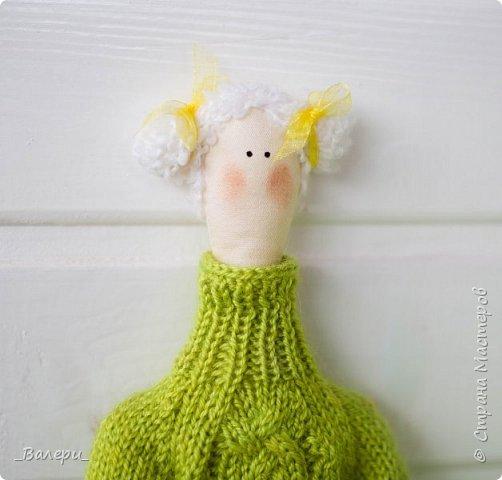 Кукла Флёр - очень яркая и милая. Необычный, яркий подарок порадует Вашу подругу, а может стать отличным подарком для Вашей девушки. Кукла выполнена из натуральных материалов , может сидеть (ножки в колене сгибаются), тело сшито из плотного 100% хлопка фото 1