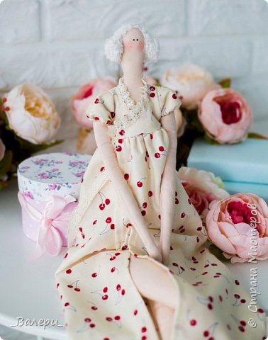 Кукла Флёр - очень яркая и милая. Необычный, яркий подарок порадует Вашу подругу, а может стать отличным подарком для Вашей девушки. Кукла выполнена из натуральных материалов , может сидеть (ножки в колене сгибаются), тело сшито из плотного 100% хлопка фото 7