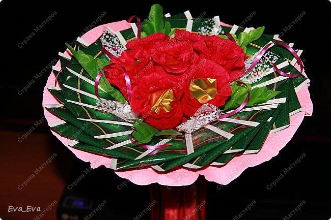 Наш подарок учителю. Внутри цветочков конфетки, снаружи букет оформлен чайными пакетиками в индивидуальной упаковке. фото 2