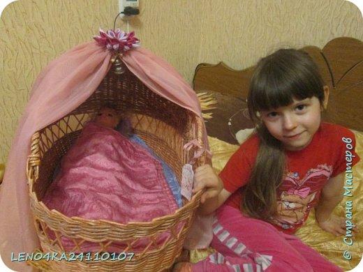 Всё началось с того что для племяшки на день рожденья захотелось чего то необычного,да и цены на игрушки ох как кусаются,вот и решила смастерить для её любимой куклы спальное место,а кукла у неё не маленькая почти 60 см,так что люлька почти для младенца получилась.Ну как то так!Ну что получилось,то получилось... фото 6