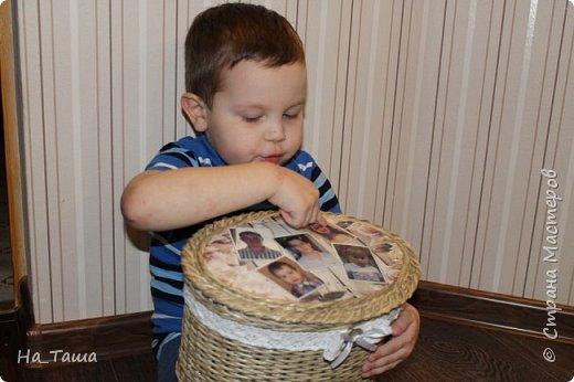 """Здравствуйте всем! Недавно выкладывала шкатулку на заказ """"Для бабушки"""". А тут подоспел юбилей у свекрови. И идею воплотила для своих родных. На крышке - фото всех внуков. Одаряли сами внуки -  с песнями, стихами для любимой бабули. Шкатулку доверху заполнили конфетами. Такой """"весомый"""" подарочек получился. Бабушка, конечно, до слез была рада. фото 5"""