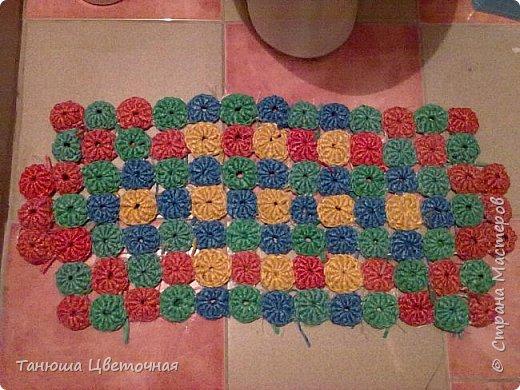 Здравствуйте мастера и мастерицы! Этот коврик я связала из шпагата,который продается в фикс-прайсе.Из разных цветов навязала цветочки-безе,нашла в интернете схему.Между с собой их сшила.Они получились жесткие,пышные,приятно массажируют ножки,когда наступаешь)))Размер 80*15см.Подошел только в туалет)))