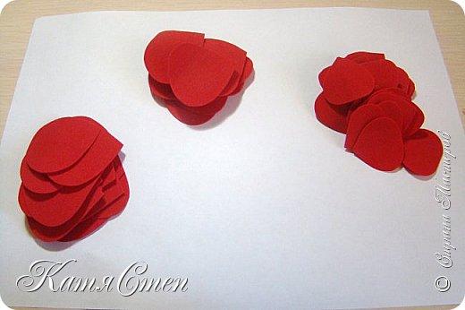 Предлагаю Вашему вниманию мой вариант создания пионовидной розы.  Материалы: 1. Фоамиран  2-х цветов - для розы и зеленый для листьев (я использовала иранский). 2. Термо-клей или супер-клей. 3. Молд листа розы (хотя можно и без него...). 4. Ножницы. 5. Губка для посуды. 6. Округлый предмет\булька - у меня шарик от светильника))). 7. Утюг. 8. Краска для тонировки листьев - акрил, пастель сухая или масляная.  9. Лак акриловый (по желанию или наличию))).   фото 3