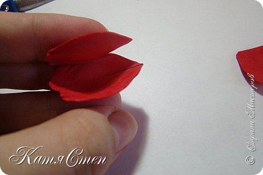 Предлагаю Вашему вниманию мой вариант создания пионовидной розы.  Материалы: 1. Фоамиран  2-х цветов - для розы и зеленый для листьев (я использовала иранский). 2. Термо-клей или супер-клей. 3. Молд листа розы (хотя можно и без него...). 4. Ножницы. 5. Губка для посуды. 6. Округлый предмет\булька - у меня шарик от светильника))). 7. Утюг. 8. Краска для тонировки листьев - акрил, пастель сухая или масляная.  9. Лак акриловый (по желанию или наличию))).   фото 18