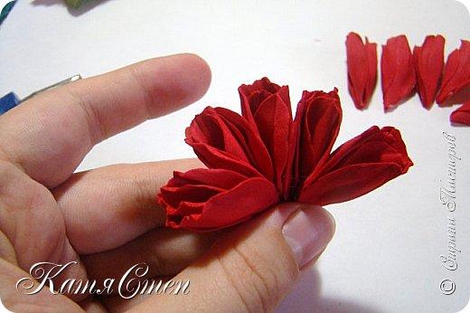 Предлагаю Вашему вниманию мой вариант создания пионовидной розы.  Материалы: 1. Фоамиран  2-х цветов - для розы и зеленый для листьев (я использовала иранский). 2. Термо-клей или супер-клей. 3. Молд листа розы (хотя можно и без него...). 4. Ножницы. 5. Губка для посуды. 6. Округлый предмет\булька - у меня шарик от светильника))). 7. Утюг. 8. Краска для тонировки листьев - акрил, пастель сухая или масляная.  9. Лак акриловый (по желанию или наличию))).   фото 26