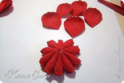 Предлагаю Вашему вниманию мой вариант создания пионовидной розы.  Материалы: 1. Фоамиран  2-х цветов - для розы и зеленый для листьев (я использовала иранский). 2. Термо-клей или супер-клей. 3. Молд листа розы (хотя можно и без него...). 4. Ножницы. 5. Губка для посуды. 6. Округлый предмет\булька - у меня шарик от светильника))). 7. Утюг. 8. Краска для тонировки листьев - акрил, пастель сухая или масляная.  9. Лак акриловый (по желанию или наличию))).   фото 27