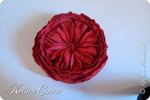 Предлагаю Вашему вниманию мой вариант создания пионовидной розы.  Материалы: 1. Фоамиран  2-х цветов - для розы и зеленый для листьев (я использовала иранский). 2. Термо-клей или супер-клей. 3. Молд листа розы (хотя можно и без него...). 4. Ножницы. 5. Губка для посуды. 6. Округлый предмет\булька - у меня шарик от светильника))). 7. Утюг. 8. Краска для тонировки листьев - акрил, пастель сухая или масляная.  9. Лак акриловый (по желанию или наличию))).   фото 34