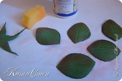 Предлагаю Вашему вниманию мой вариант создания пионовидной розы.  Материалы: 1. Фоамиран  2-х цветов - для розы и зеленый для листьев (я использовала иранский). 2. Термо-клей или супер-клей. 3. Молд листа розы (хотя можно и без него...). 4. Ножницы. 5. Губка для посуды. 6. Округлый предмет\булька - у меня шарик от светильника))). 7. Утюг. 8. Краска для тонировки листьев - акрил, пастель сухая или масляная.  9. Лак акриловый (по желанию или наличию))).   фото 45