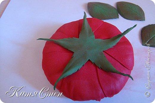 Предлагаю Вашему вниманию мой вариант создания пионовидной розы.  Материалы: 1. Фоамиран  2-х цветов - для розы и зеленый для листьев (я использовала иранский). 2. Термо-клей или супер-клей. 3. Молд листа розы (хотя можно и без него...). 4. Ножницы. 5. Губка для посуды. 6. Округлый предмет\булька - у меня шарик от светильника))). 7. Утюг. 8. Краска для тонировки листьев - акрил, пастель сухая или масляная.  9. Лак акриловый (по желанию или наличию))).   фото 46