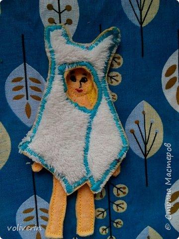 """Здравствуйте, к очередной мягкой книжке на тему """"Город"""", вышла такая куколка. Мягкая книга и ее домик еще не готовы, решила выложить ее отдельно) Очень мне понравилось шить наряды из остатков ткани, гардероб, думаю, ещё пополнится со временем...  фото 7"""