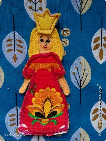 """Здравствуйте, к очередной мягкой книжке на тему """"Город"""", вышла такая куколка. Мягкая книга и ее домик еще не готовы, решила выложить ее отдельно) Очень мне понравилось шить наряды из остатков ткани, гардероб, думаю, ещё пополнится со временем...  фото 9"""