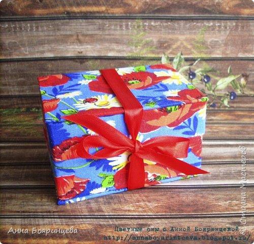 Всем привет!!!!!! Покажу коробочку для флэшки, ее размер 7*10 см. Осваивала картонаж)))))) коробочка сделана из переплетного картона и обтянута тканью. Сначала думала оставить себе, но пришлось подарить друзьям)))) (очень она им нужна,для флэшки со свадебными фото) фото 1