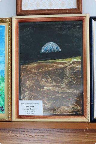 10 апреля в городской библиотеке состоялась очень интересная выставка работ мастеров ДПИ посвященная Дню космонавтики. Работ было не много, но каждая из них достойна внимания. Хочу показать вам фоторепортаж с этой выставки. фото 34