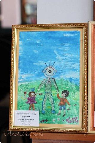 10 апреля в городской библиотеке состоялась очень интересная выставка работ мастеров ДПИ посвященная Дню космонавтики. Работ было не много, но каждая из них достойна внимания. Хочу показать вам фоторепортаж с этой выставки. фото 36