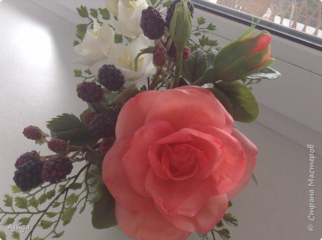 Композиция  с розой, ежевикой и фрезией. ХФ. фото 9