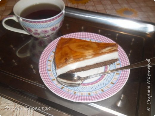 Рецепт творожно-фруктового торта. Обожаю этот торт! Возьмите упаковку коржей для торта(нам понадобится один корж), 1 пакетик любого желе, желатин, 1 банан, 2-3 пачки творога по 150-200 г., сахар, ванилин. На дно разъёмной формы кладём корж. Затем готовим ТВОРОЖНО-ФРУКТОВЫЙ КРЕМ: 1 ст ложку желатина растворите в стакане тёплой воды или молока, выдержите 30-40 минут, доведите до кипения но не кипятите. Остудите. Отдельно смешайте творог с сахаром по вкусу, добавьте ванилин. Я люблю очень сладкие торты, поэтому добавляю 2, 5 стакана сахара. В творожную массу выливаем остывшее желе, хорошо перемешиваем, выкладываем крем на корж, отправляем в холодильник. Желе готовим по инструкции. Остужаем. На застывший творожный крем выкладываем порезанный кружочками банан. Заливаем остывшим фруктовым желе, отправляем в холодильник. Готовый торт аккуратно вынимаем из формы на блюдо. фото 1