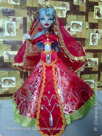 первый наряд ПАВЛИН - он как и второй универсальный, подходит и для др.видов кукол, если поменять топ.по юбка и чалма оденутся на БАРБИ фото 11