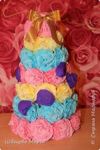 Елочка бумажная на конусе разноцветная с бантиками из гофрированной бумаги фото 1