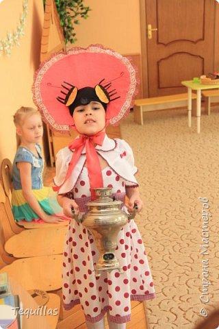 Вот такая из моей Доченьки муха Цокотуха!))) Сделала вот такой костюм. Головной убор. Шляпка и мордочка мухи с усами и хоботком. Мордочка сшита из эластичной ленты как косынка. на которую пришит хоботок и приклеены глаза фасетчатые и усики. фото 2