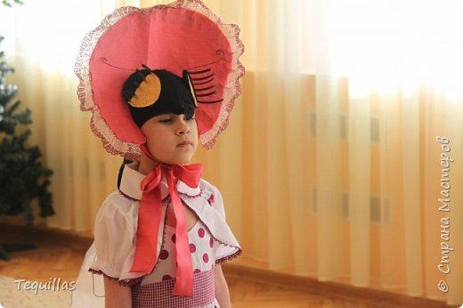 Вот такая из моей Доченьки муха Цокотуха!))) Сделала вот такой костюм. Головной убор. Шляпка и мордочка мухи с усами и хоботком. Мордочка сшита из эластичной ленты как косынка. на которую пришит хоботок и приклеены глаза фасетчатые и усики. фото 3