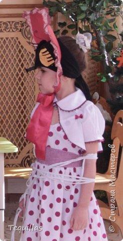 Вот такая из моей Доченьки муха Цокотуха!))) Сделала вот такой костюм. Головной убор. Шляпка и мордочка мухи с усами и хоботком. Мордочка сшита из эластичной ленты как косынка. на которую пришит хоботок и приклеены глаза фасетчатые и усики. фото 4