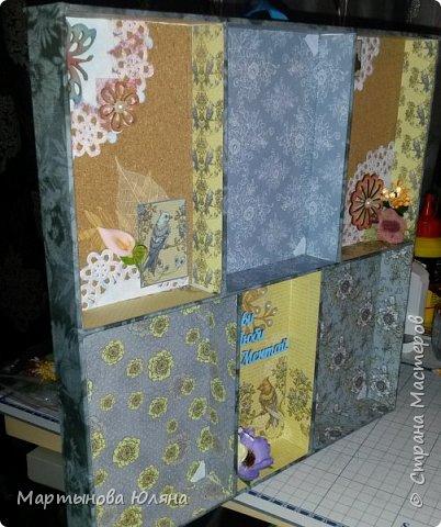 Доброго времени суток уважаемые дамы и господа! Вот такая рамка для трех фото случилась- получилась. Снаружи она оклеена тканью для пэчворка. Внутри- бумагой для скрапбукинга и пробковыми листами украшенными деревянными чипбордами, тканевыми цветами, бумажными салфетками и металлическими подвесками. фото 3