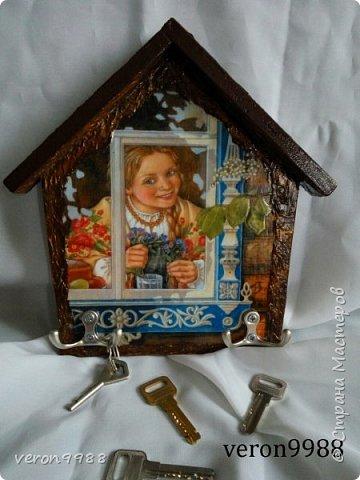 Добрый вечер! Я так полюбила свои ключницы-домики, что рассматривая ту или иную картинку, думаю подайдет ли она для моей ключницы))) Сегодня хочу паказать несколько штук. Первая ключница, на данный момент одна из любимых) фото 3