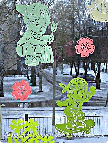 День весенний, Суетливый, День весёлый И красивый — Это мамин день. День торжественный, Парадный, День подарочный, Наградный — Это мамин день! День взволнованный, Прилежный, День цветочный, Добрый, нежный — Это мамин день!  (Михаил Садовский)  Для праздничного оформления окон вырезала портреты мам. Использовала рисунки из детских раскрасок... фото 18