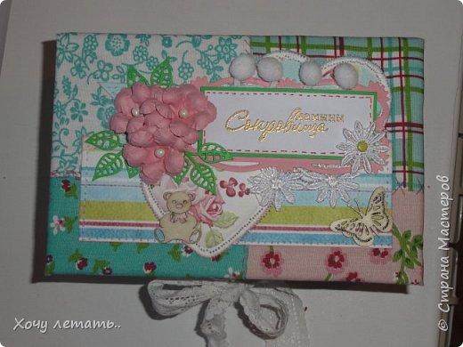 Это то же моя вторая работа - мамины сокровища. Тканевая шкатулочка с коробочкам для хранения воспоминаний о малышке.Цветочки рукодельные, эммбосинг, чипборд, вырубка ленты и помпошки. фото 1