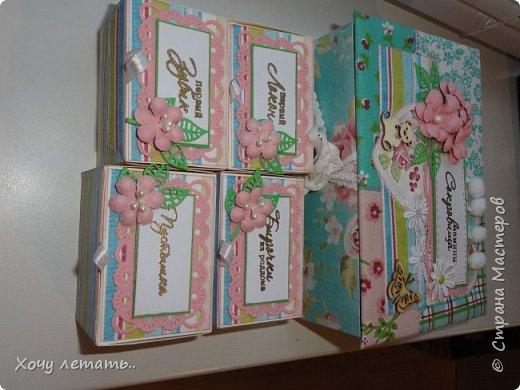 Это то же моя вторая работа - мамины сокровища. Тканевая шкатулочка с коробочкам для хранения воспоминаний о малышке.Цветочки рукодельные, эммбосинг, чипборд, вырубка ленты и помпошки. фото 8